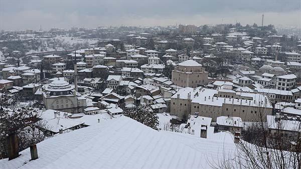Tarihi Safranbolu konakları beyaza büründü