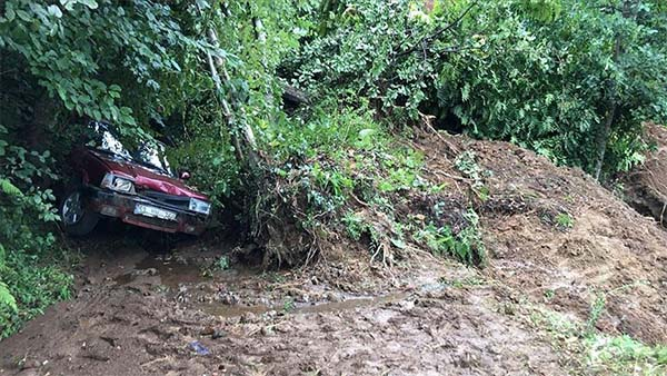 Rize'de şiddetli yağışta toprak altında kalan 3 otomobil zarar gördü