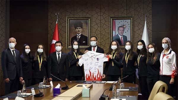 Bakan Kasapoğlu, Avrupa şampiyonu cimnastikçileri kabul etti