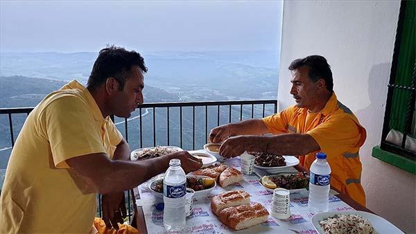 'Yangın bekçileri' ramazanda iftarlarını yeşil örtü üzerinde yapıyor