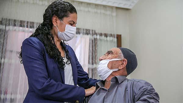 Diyarbakır'da Kürtçe öğrenen Kaymakam vatandaşları aşı olmaya ikna ediyor