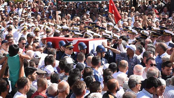 Şehit Üsteğmen binlerce kişi tarafından son yolculuğuna uğurlandı