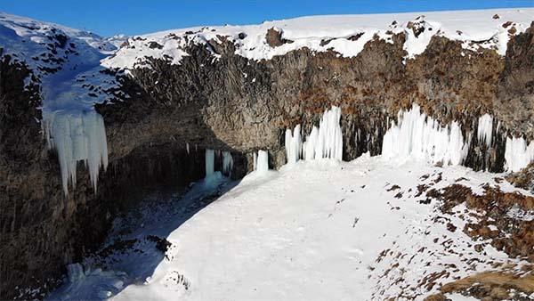 Ağrı'daki Murat Kanyonu'nda 10 metreyi bulan buz sarkıtları oluştu