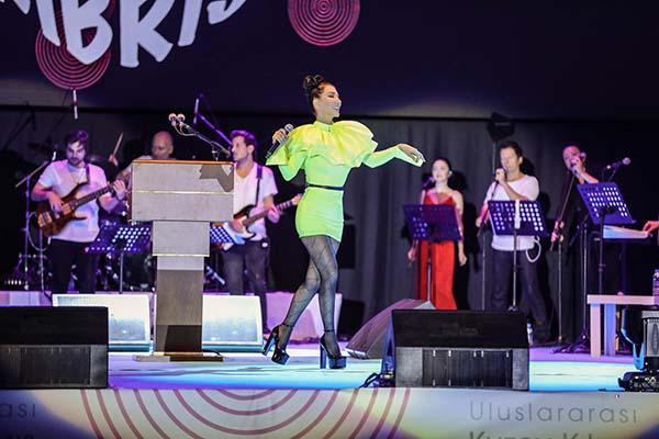 Hande Yener bayram konserlerinin startını stadyumda verdi