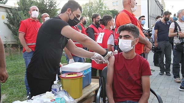 Van'da vatandaşlar cami bahçelerine kurulan stantlarda aşı oldu