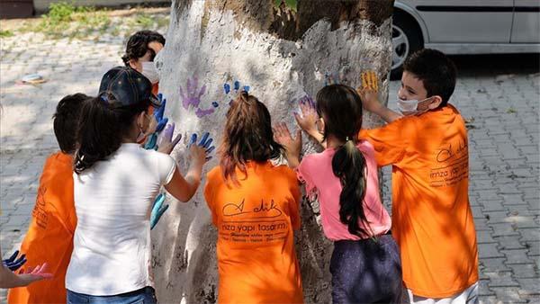 Köy çocukları 150 yıllık ağaçları boyadı