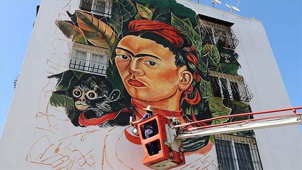 Evlerin yıpranan duvarları ünlü ressamların eserleriyle renkleniyor