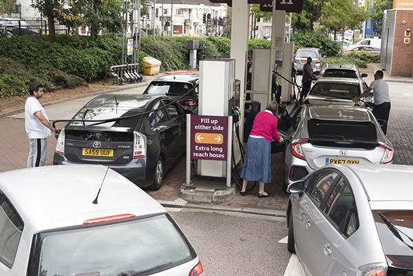 İngiltere'de benzin istasyonları önünde uzun kuyruklar oluştu