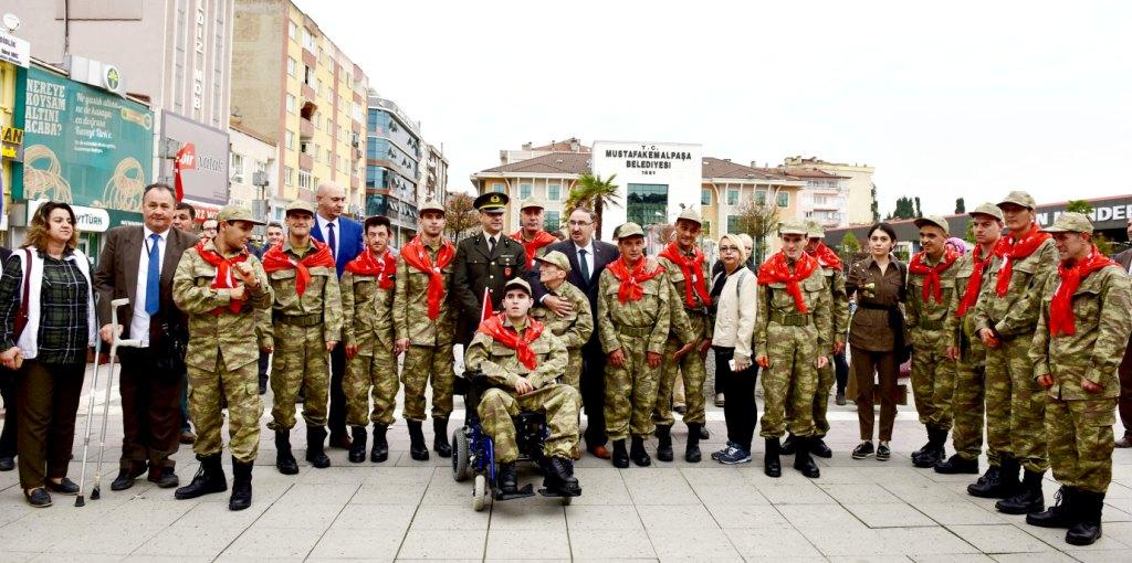 Engelliler, çakı gibi asker oldu