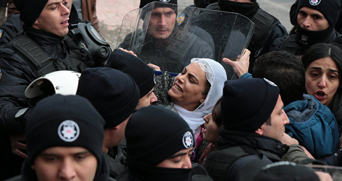 Polis, HDP''li vekilleri tartakladı
