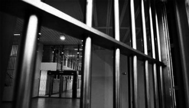Kadın mahkum hücresinde tek başına doğum yaptı