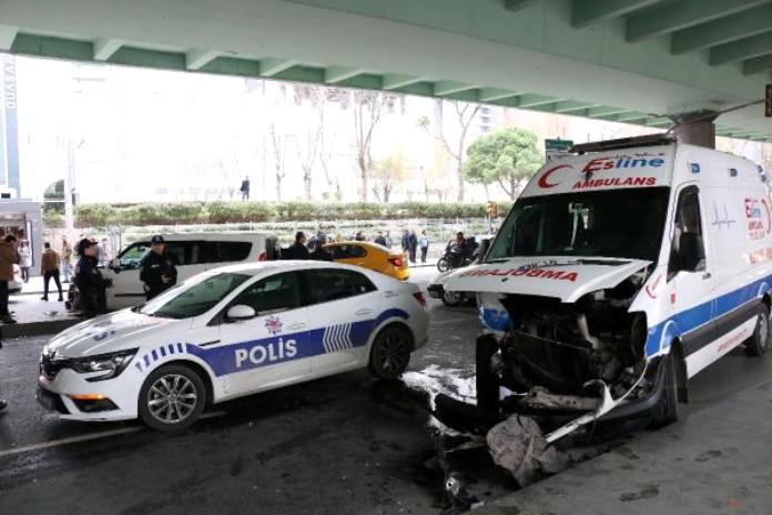 Mecidiyeköy''de ambulans kaza yaptı: 1 yaralı