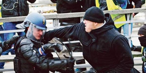 Sarı Yelekler''in şampiyon boksörünün polisleri dövdüğü anlar