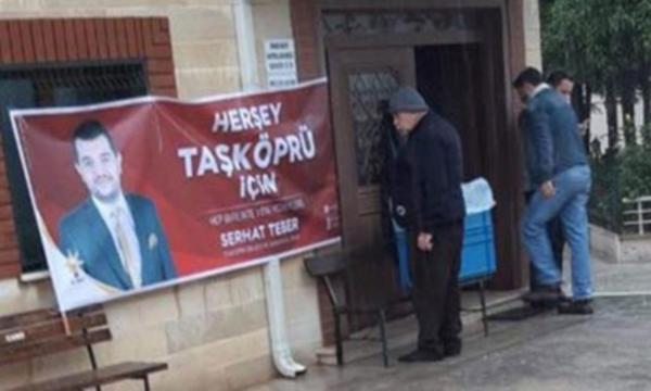 AKP''li aday camiye ''seçim pankartı'' astırdı