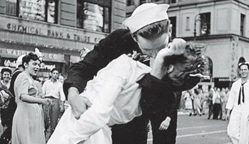 Hemşireyi öpen denizci hayatını kaybetti
