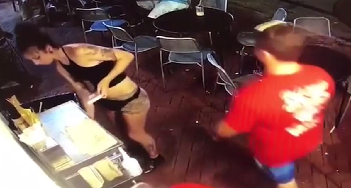 Garson kadın, kendisini elle taciz eden adamı kolundan tutarak duvara fırlattı!