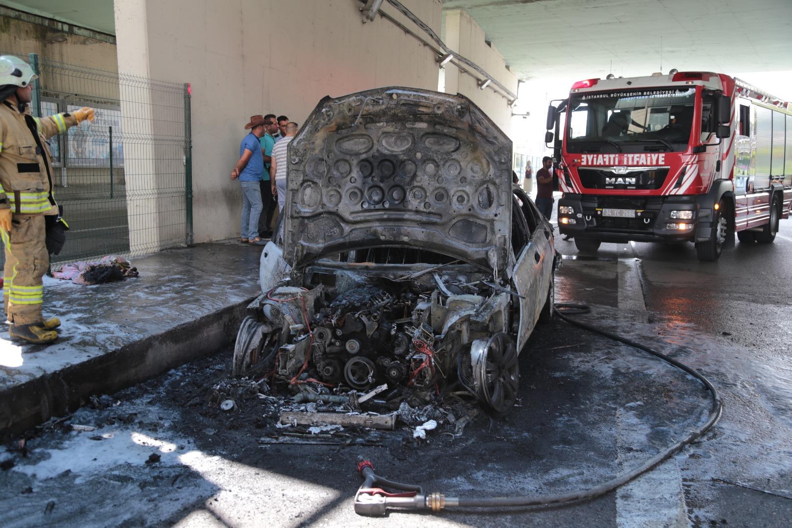 Kadıköy''de trafiği durduran araç yangını!