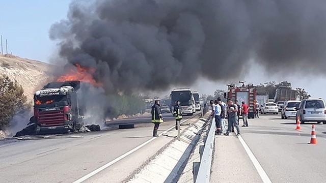 Manisa'da seyir halindeki TIR alev alev yandı!