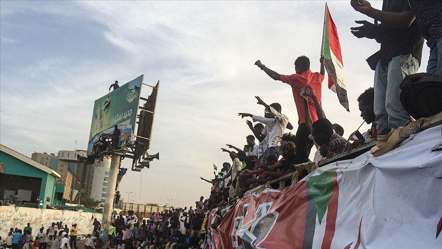 Sudan Ordusu göstericileri dağıtmaya başladı
