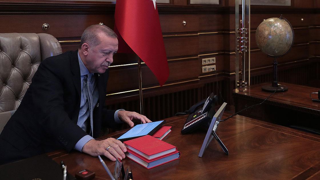 Cumhurbaşkanı Erdoğan, Milli Savunma Bakanı Akar'dan bilgi alarak TSK'nın Suriye Milli Ordusu'yla birlikte Suriye'nin kuzeyinde PKK/YPG ve DEAŞ terör örgütlerine karşı Barış Pınarı Harekatı'nın başlatılması emrini verdi.