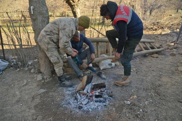 Asker çorabını çıkartıp depremzedeye giydirdi
