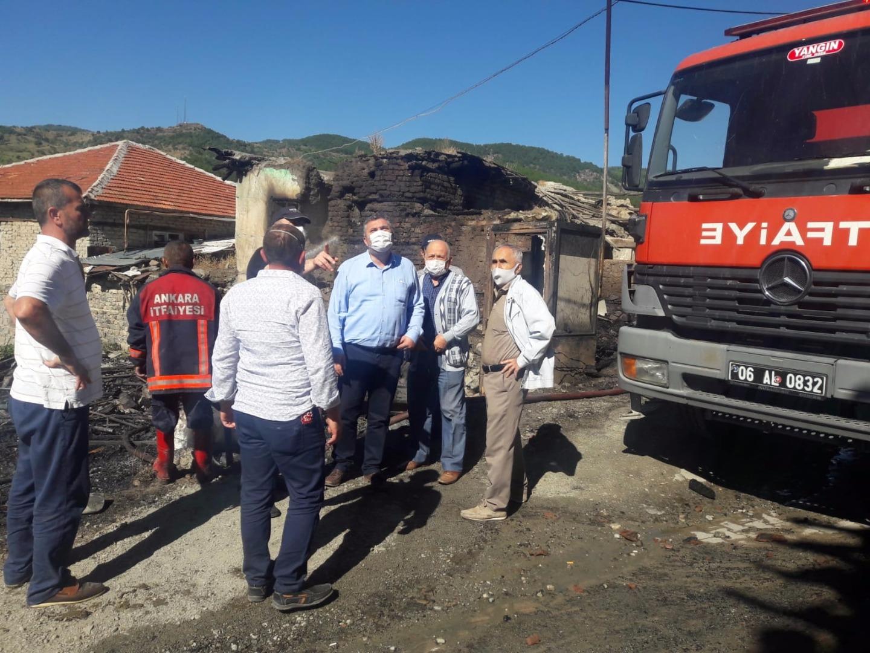 Ankara'da bir evde çıkan yangın 3 ev ve 1 kamyonete sıçradı