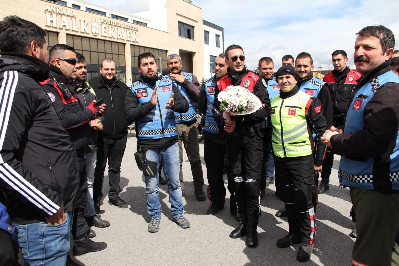 Kavga ihbarına giden polisler çiçekle karşılandı