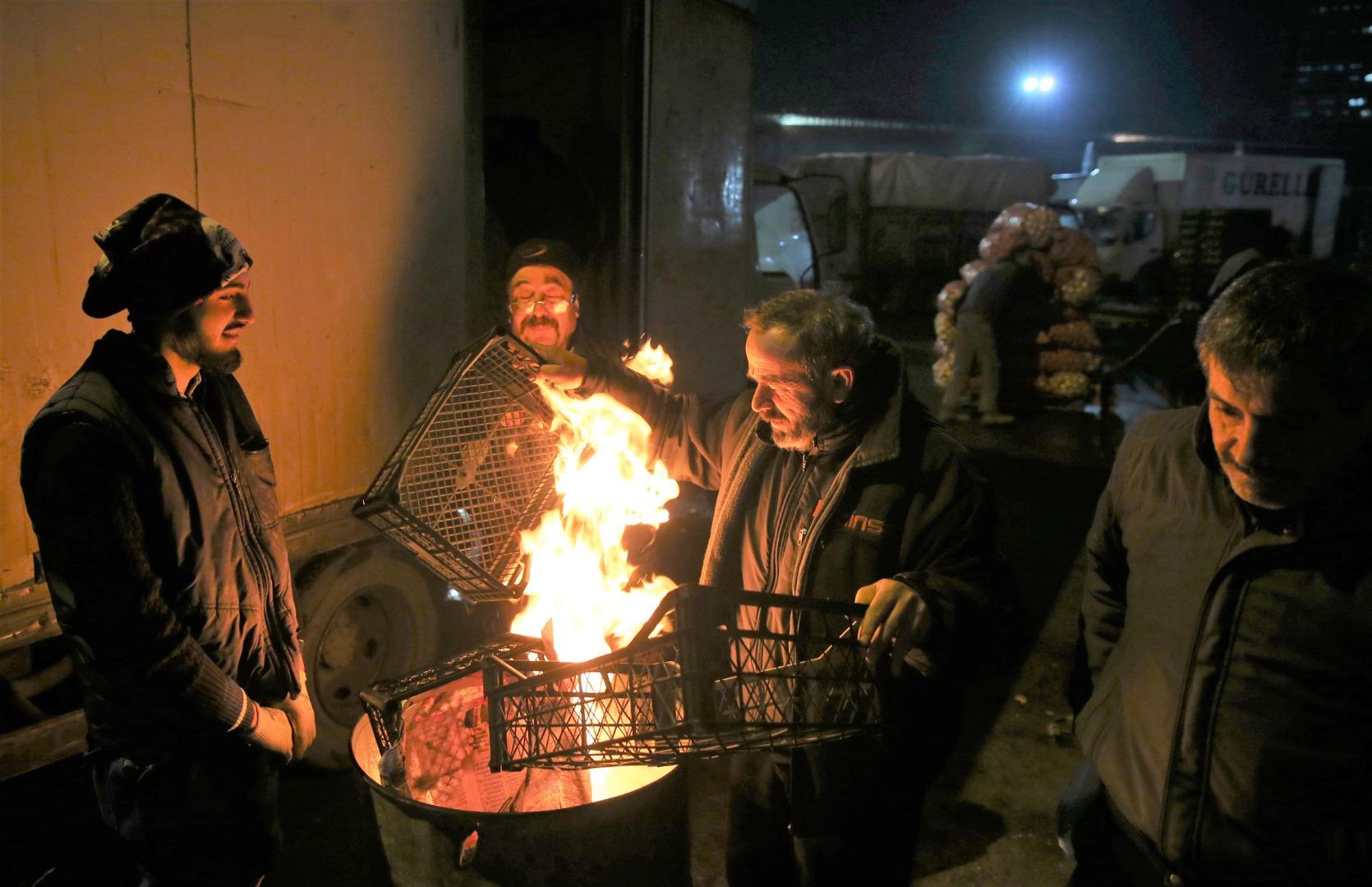 Ateş başında ekmek kavgası