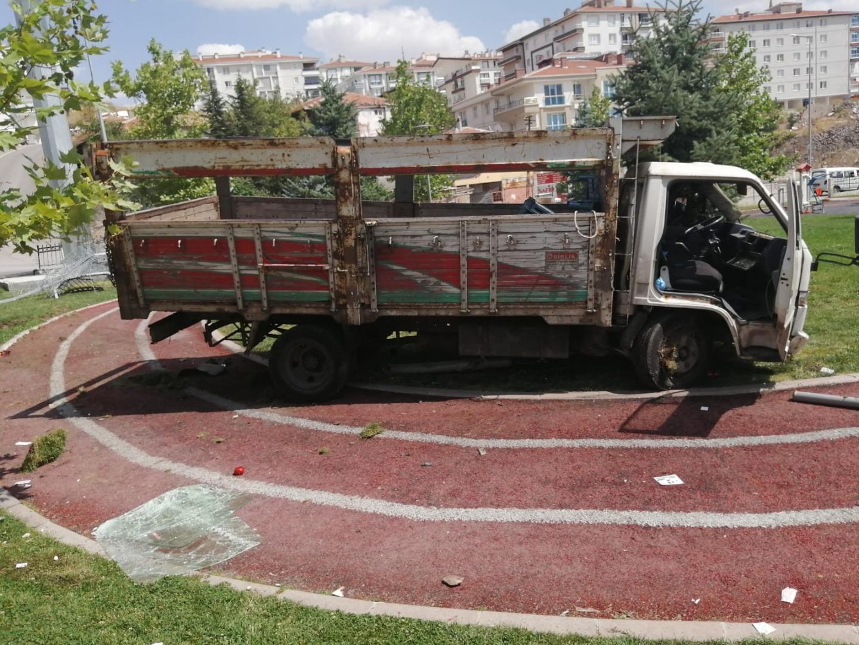 Başkent'te freni boşalan kamyon parka girdi
