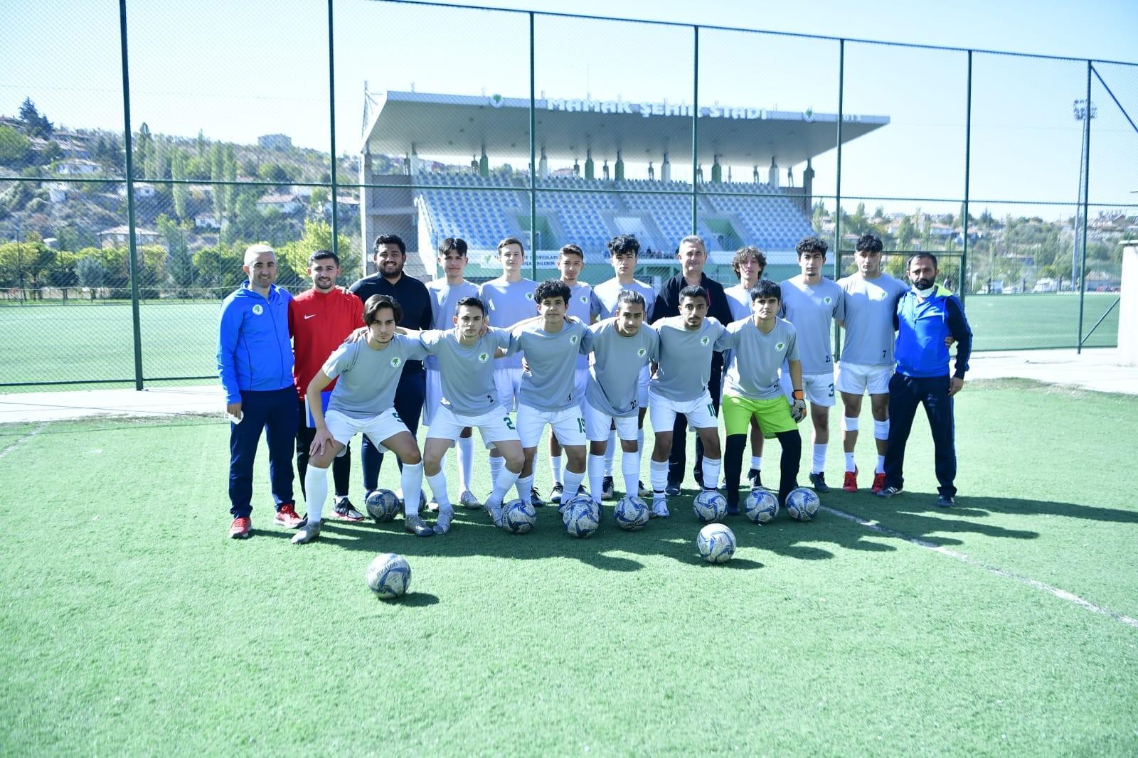 Mamak Belediyesi U-18 futbol takımı farklı galip geldi