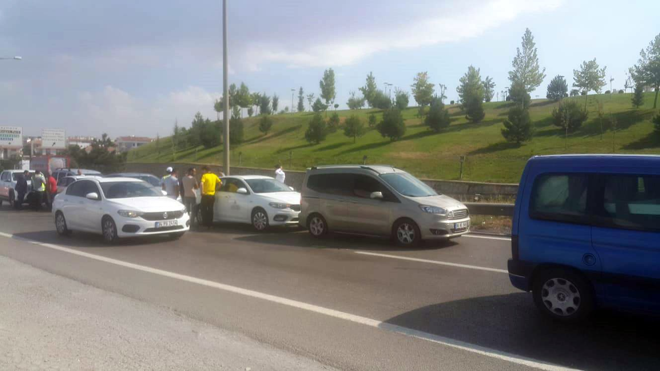 Ankara-Konya karayolunda 6 araç birbirine girdi