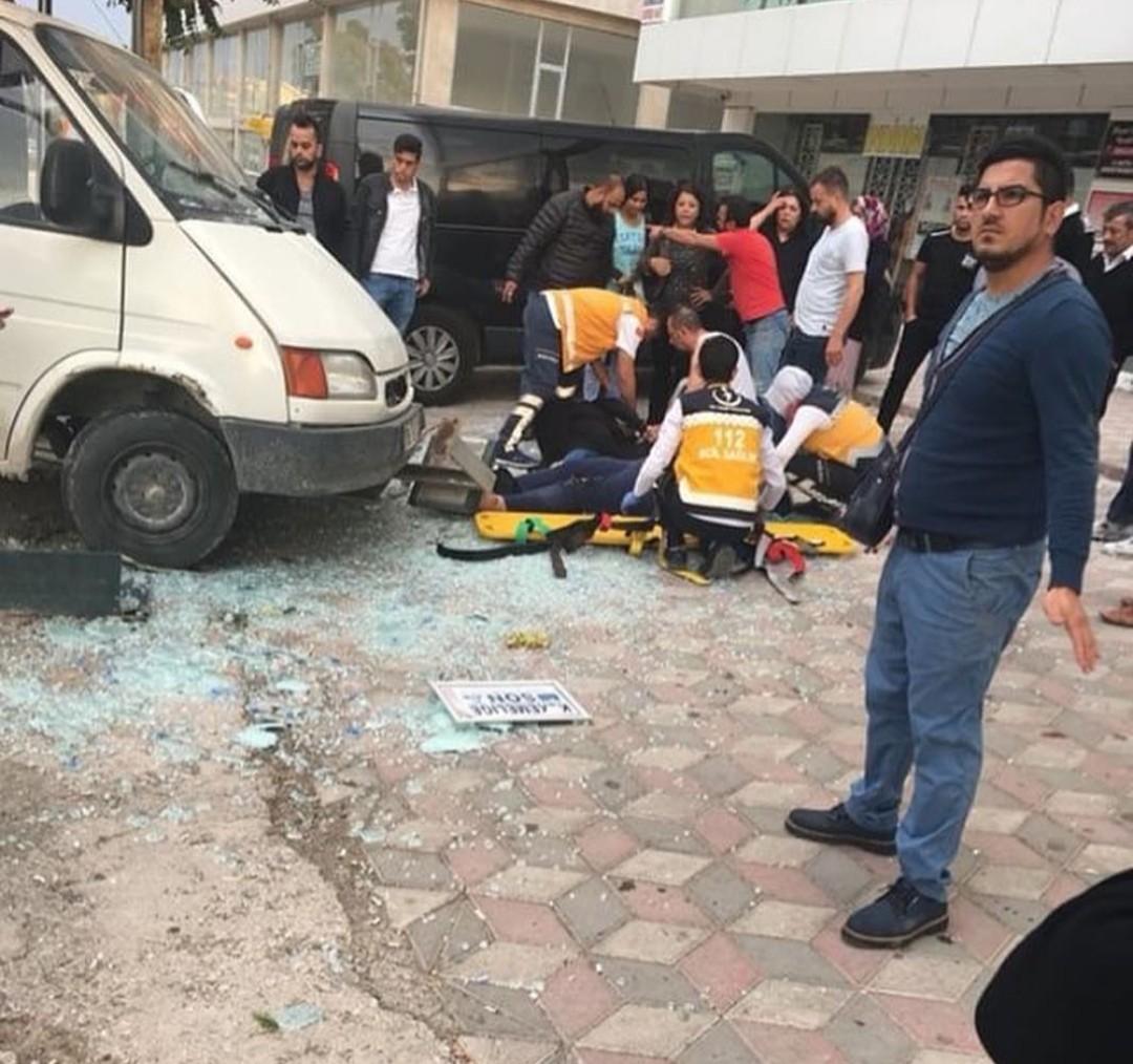 Minibüs, durakta bekleyen vatandaşlara çarptı: 1'i ağır 4 yaralı