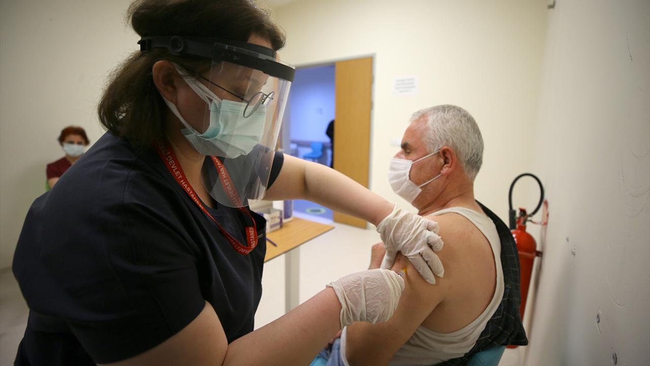 Kovid-19 aşısı olan 65 yaş ve üzerindekilerde vaka oranı yarı yarıya azaldı