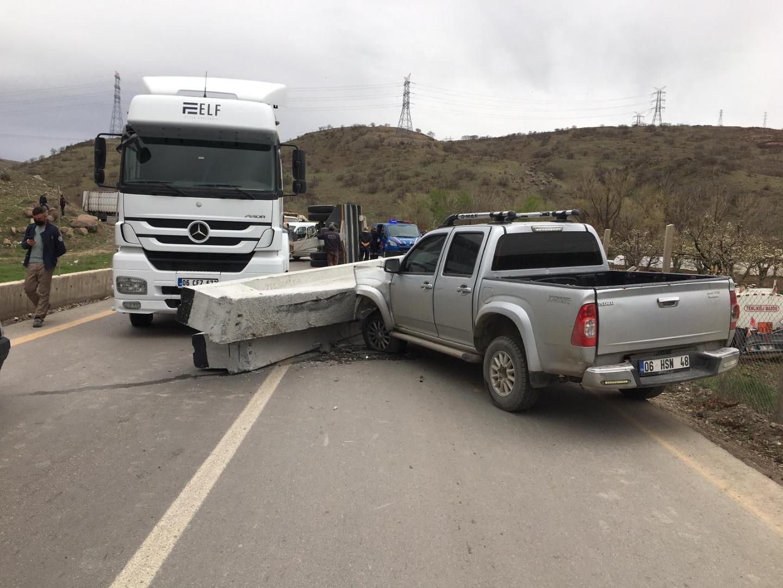 Başkent'te yola düşen beton kolon kazaya neden oldu: 1 yaralı