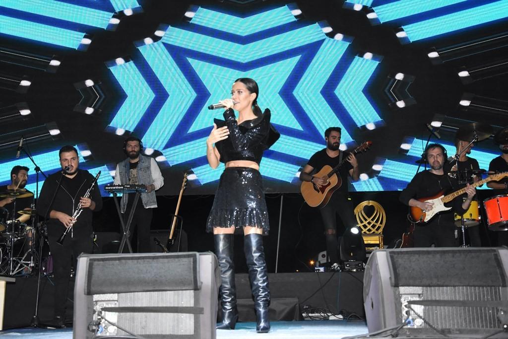 Derya Uluğ Tekirdağ'da konser verdi